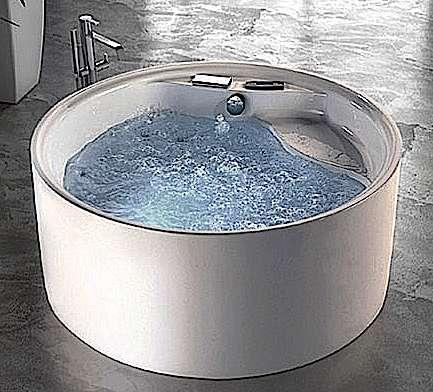Baignoire îlot monobloc : coque et tablier ne font qu'un. Attention à bien la remplir pour ne pas fatiguer l'installation. © Grandform