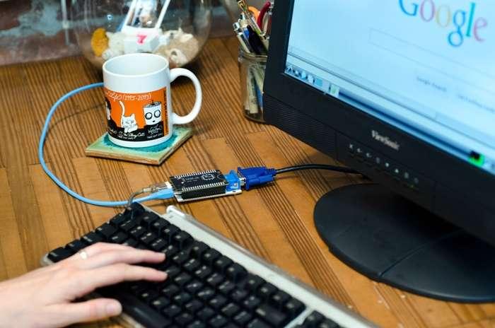 Le micro-ordinateur CHIP peut faire tourner le système d'exploitation open-source Linux et il est livré avec plusieurs applications préinstallées : un navigateur Web, un logiciel de messagerie instantanée, une suite bureautique et un lecteur multimédia. © Kickstarter, Next Thing Co