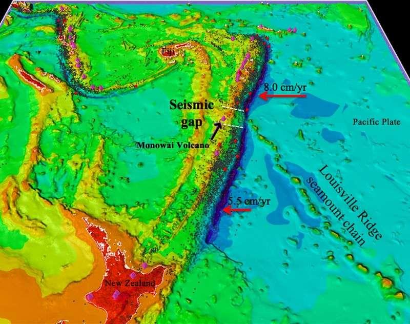 Le volcan sous-marin Monowai (Monowai volcano) se situe approximativement à l'intersection entre la fosse des Tonga-Kermadec et la chaîne de montagnes sous-marines Louisville (Louisville ridge seamount chain). L'activité volcanique est liée à la subduction de la plaque pacifique (Pacific plate) donc la vitesse de déplacement est indiquée au-dessus des flèches rouges (en cm par an ou cm/yr). Les Fidji et la Nouvelle-Zélande (New Zealand) sont représentées en rouge. © Tony Watts