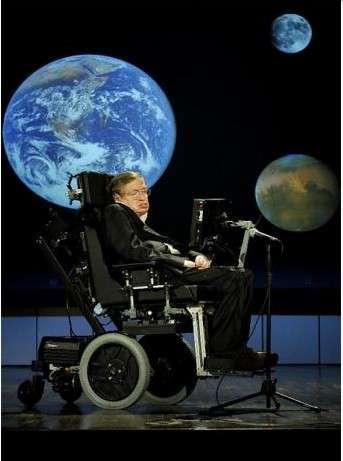 Le système de communication qu'utilise Stephen Hawking lui a été fourni par Intel. Il consiste en une tablette Lenovo qu'il contrôle grâce aux mouvements de sa joue. Il pilote ainsi l'interface et compose des mots qui sont ensuite retranscrits par un synthétiseur vocal. © Stephen Hawking