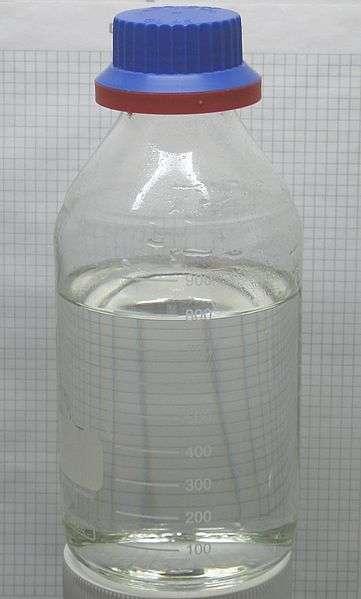 L'acide chlorhydrique se présente sous la forme d'une solution aqueuse incolore. © W. Oelen, Wikipedia, CC by-sa 3.0