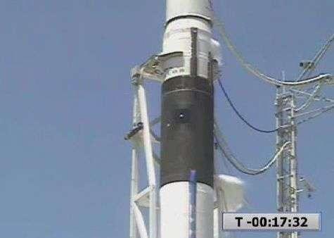 Gros plan sur le lanceur Falcon-1 durant le compte à rebours