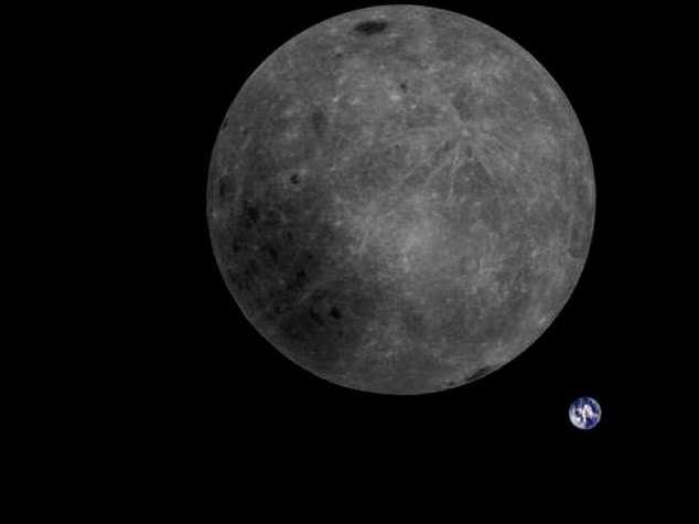 La face cachée de la Lune vue par le satellite chinois DSLWP-B/Longjiang. Notre Planète bleue au loin, paraît bien petite. © Dwingeloo Radio Observatory