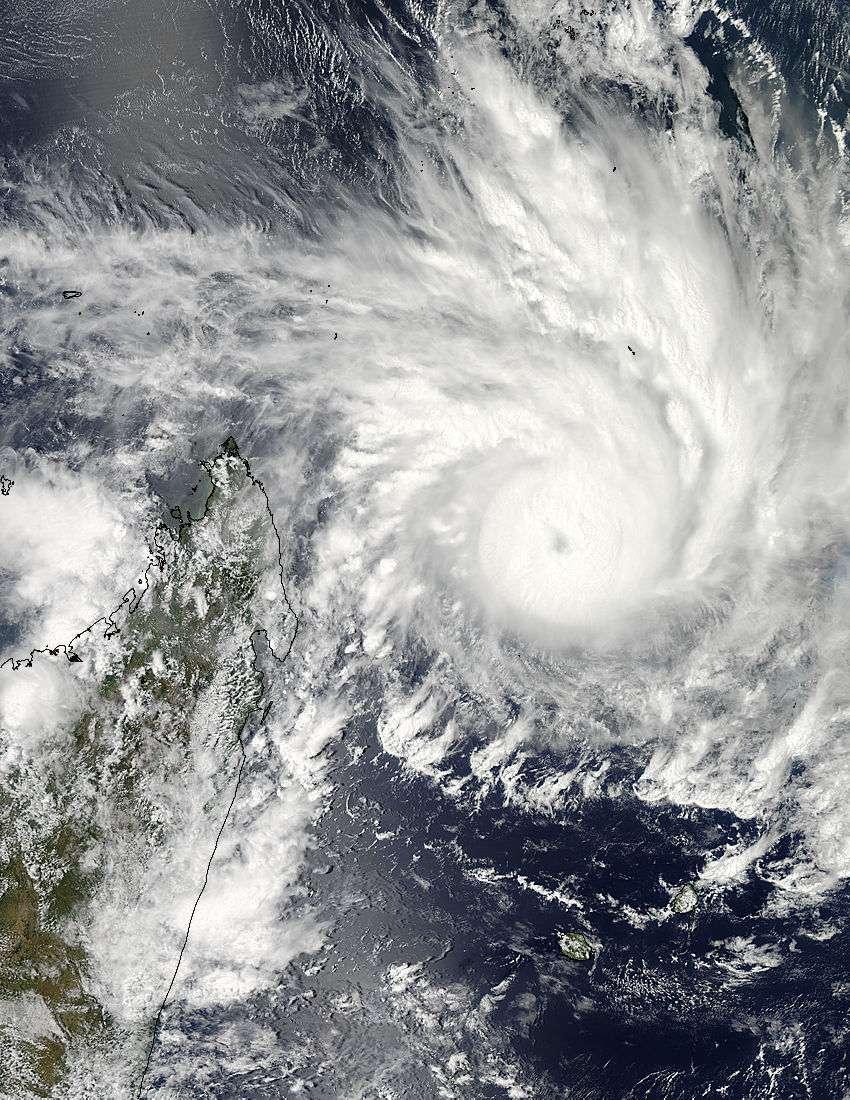Le 29 janvier, le satellite Aqua de la Nasa a capturé une image du cyclone Felleng. Celui-ci montre de forts orages autour du centre de la circulation. L'œil est obscurci par des nuages de haute altitude. L'extrémité ouest de la tempête est proche de Madagascar (à gauche). © Nasa Goddard Modis Rapid Response Team