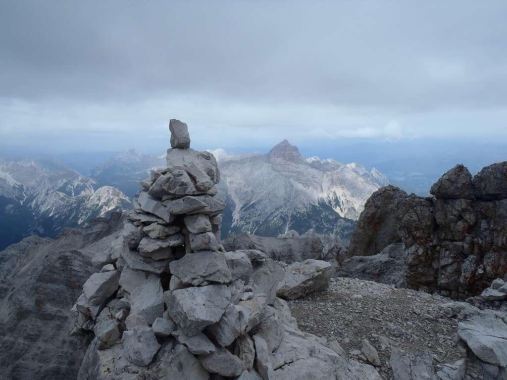 Ce cairn marque le sommet du Cima di Mezzo dans les Dolomites (3.154 m). Une fois en vue, le grimpeur sait qu'il a atteint son but. © bugmonkey, Flickr, CC by-nc 2.0