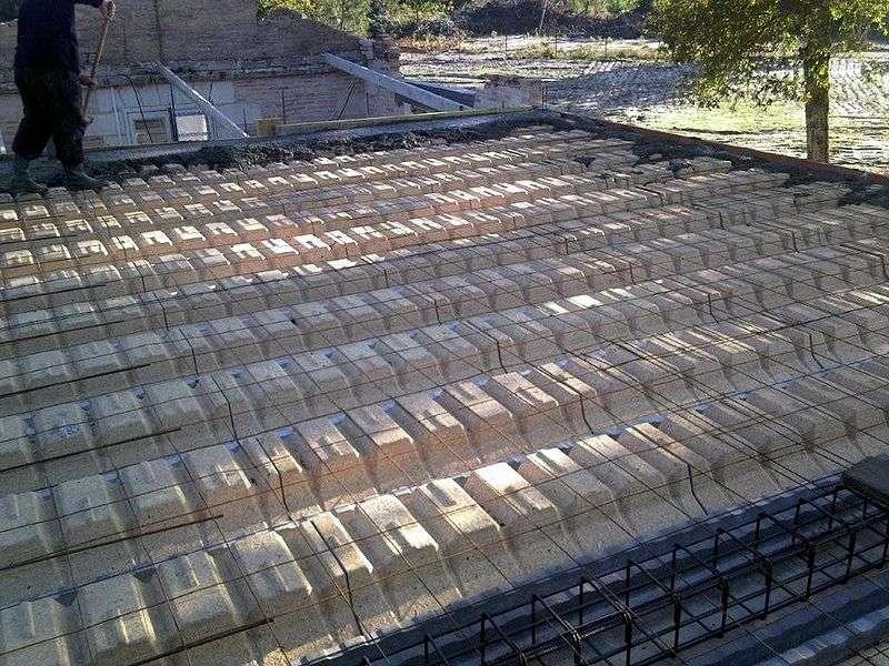 L'entrevous est également appelé hourdis, et sert à la conception d'un plancher. © Abrahami, CC BY-SA 3.0, Wikimedia Commons