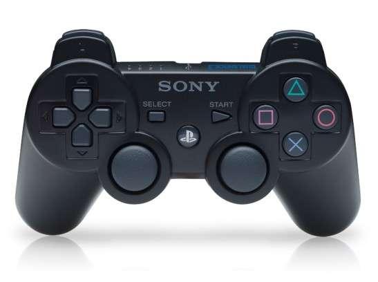 Selon les dernières rumeurs, Sony aurait fait évoluer sa manette de jeu en remplaçant les boutons « Select », « Start » et « PS » par un minipavé tactile. Un nouveau bouton « Share » ferait aussi son apparition afin de pouvoir partager facilement des captures d'écran et des vidéos via Internet. © Sony Computer Entertainment