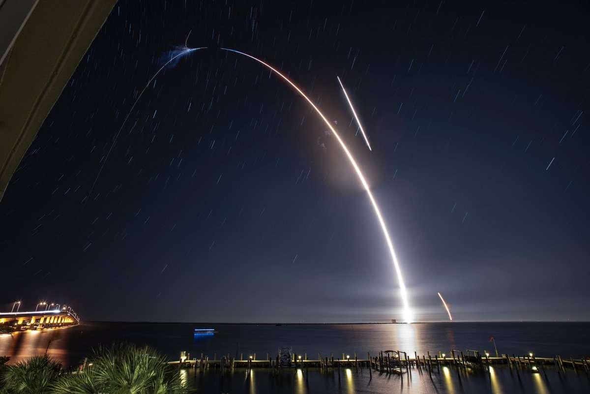 Décollage de la fusée Falcon 9 et retour du premier étage réutilisable (allumage des moteurs pour la rentrée atmosphérique, puis pour l'atterrissage sur la barge de récupération au large de Cap Canaveral) le 4 mai 2019 pour la mission CRS-17. © SpaceX