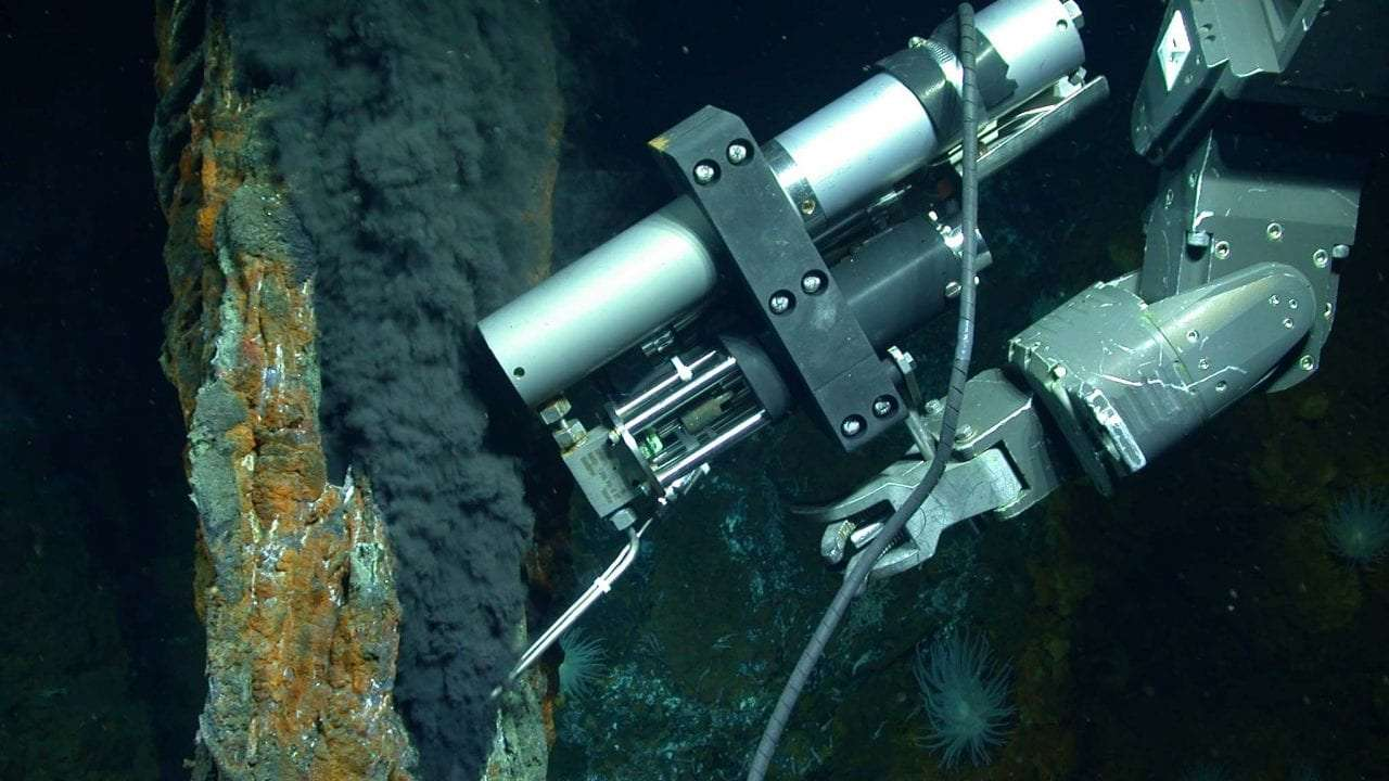 Il est connu que le méthane se forme naturellement par décomposition de matière organique, par exemple. Mais des chercheurs ont découvert, au fond des océans, un réservoir de méthane abiotique, formé à partir de réactions chimiques n'impliquant pas de matière organique. Ici, le véhicule sous-marin Jason prenant des échantillons au niveau d'une cheminée hydrothermale. © Photo by Chris German/WHOI/NSF, NASA/ROV Jason 2012, Woods Hole Oceanographic Institution