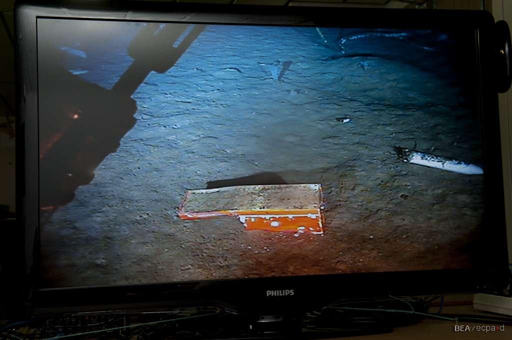Le châssis de l'enregistreur des données de vol (FDR, Flight Data Recorder), photographié sur le site de l'épave, par 3.900 mètres de fond. L'enregistreur lui-même, plus petit et cylindrique, est à l'origine fixé sur la partie plane, visible ici à gauche. © BEA