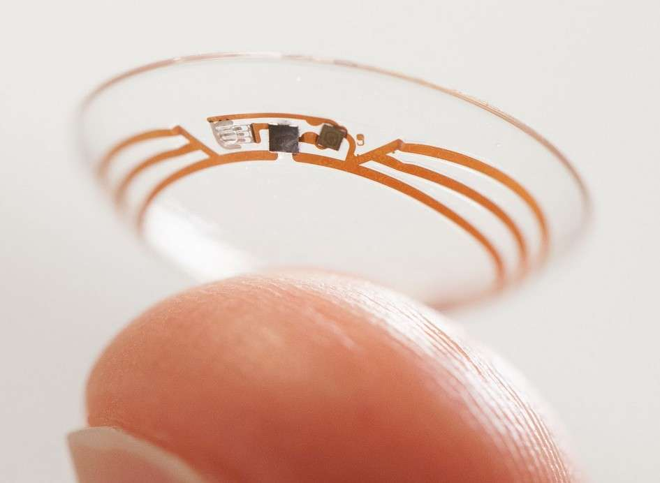 Le Google X Lab, le laboratoire de recherche de Google dont sont issues les voitures autonomes et les lunettes connectées Glass, a récemment annoncé la mise au point de lentilles de contact capables de mesurer la glycémie. En outre, des chercheurs israéliens travaillent sur une lentille bionique qui permettrait aux aveugles de « voir » des objets. © Google