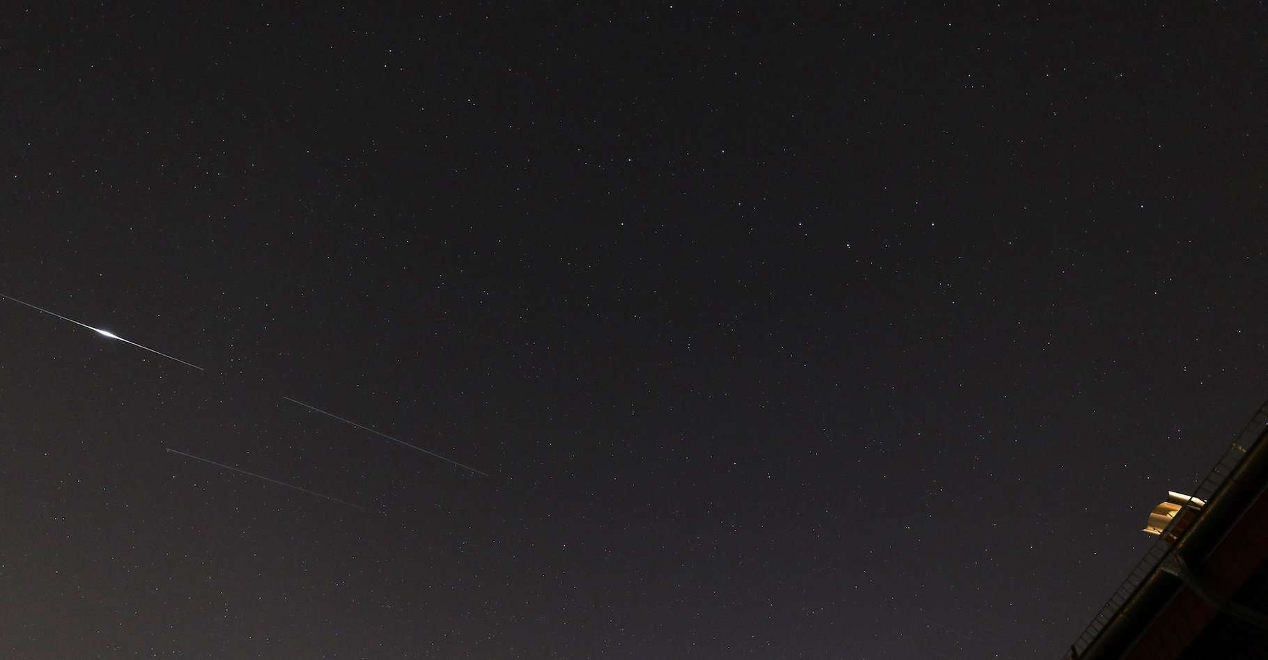 Les satellites de la constellation Starlink ne se contentent pas de zébrer le ciel nocturne. Leurs parties réfléchissantes peuvent aussi provoquer de puissants flashs lumineux. © @HdAstro, Haus der Astronomie, Twitter