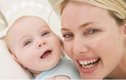 Pour protéger bébé de l'hiver, pensez aux crèmes hydratantes et à son hygiène nasale. © Phovoir
