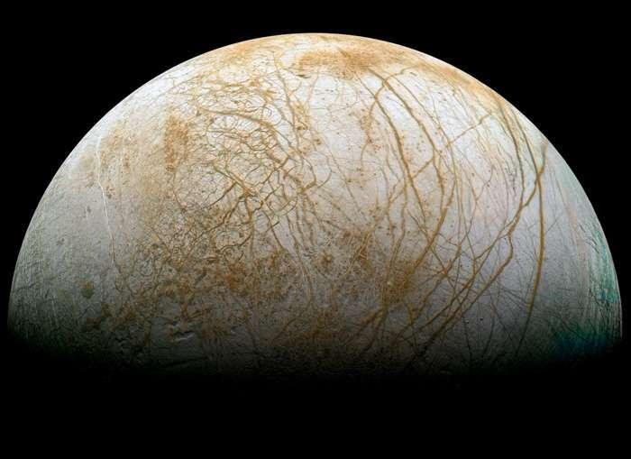 Portrait d'Europe, une des plus grandes lunes de Jupiter. Sur cette image de Galileo, on distingue sa surface de glace d'eau caractéristique émaillée de centaines de lignes, crevasses et fractures. La banquise épaisse de 20 à 30 km recouvre vraisemblablement un vaste océan d'eau liquide. Un monde potentiellement habitable distant de 778 millions de km du Soleil en moyenne. © Nasa, JPL, Ted Stryk