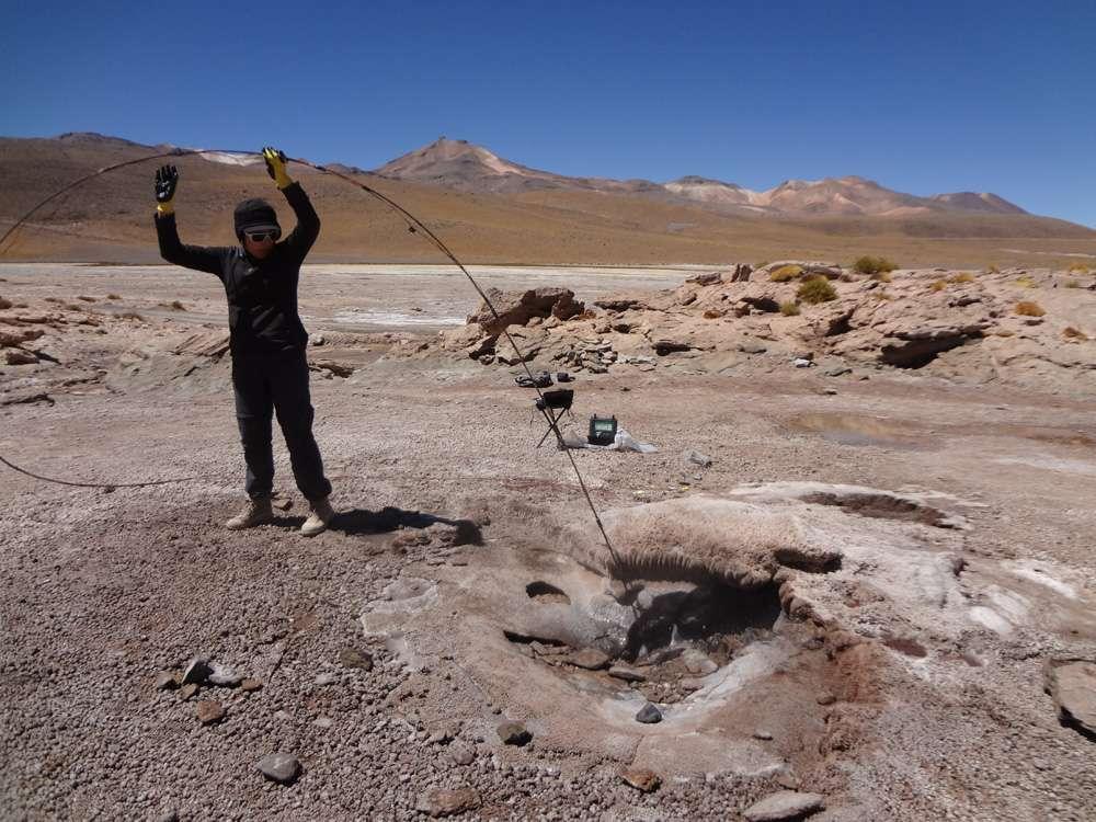 Les volcanologues ont introduit des capteurs de pression et de température à presque 10 mètres de profondeur dans les geysers d'El Tatio, au Chili. Ils ont aussi introduit des caméras à presque deux mètres de profondeur afin de percer les secrets de la périodicité des éruptions des geysers. Ils cherchent à corréler les résultats obtenus par ce procédé avec des mesures sismiques et gravimétriques en surface. Les chercheurs espèrent aussi percer indirectement certains des secrets des éruptions volcaniques. © Michael Manga