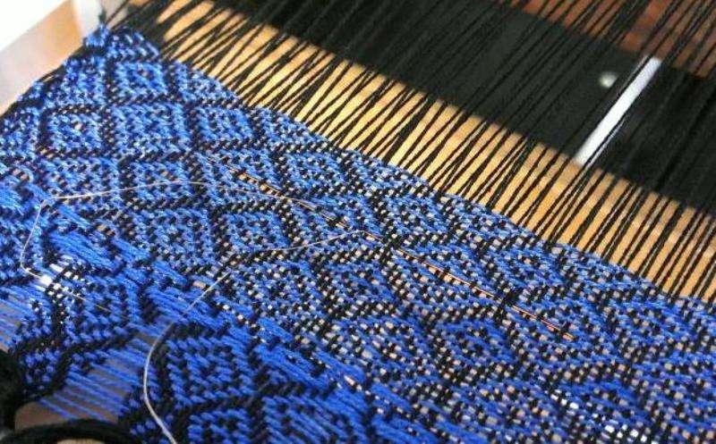 À peine visible, la fibre mise au point par les chercheurs québécois est assez malléable pour être tissée avec du coton ou de la laine. Elle est prometteuses pour les vêtements intelligents du futur. © Stepan Gorgusta