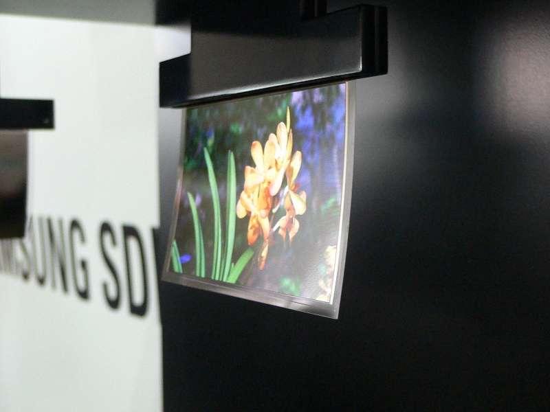 L'écran plat ultra-fin ondulant dans les courants d'air du salon FPD, organisé par Nikkei Electronics... © Nikkei Business Publications