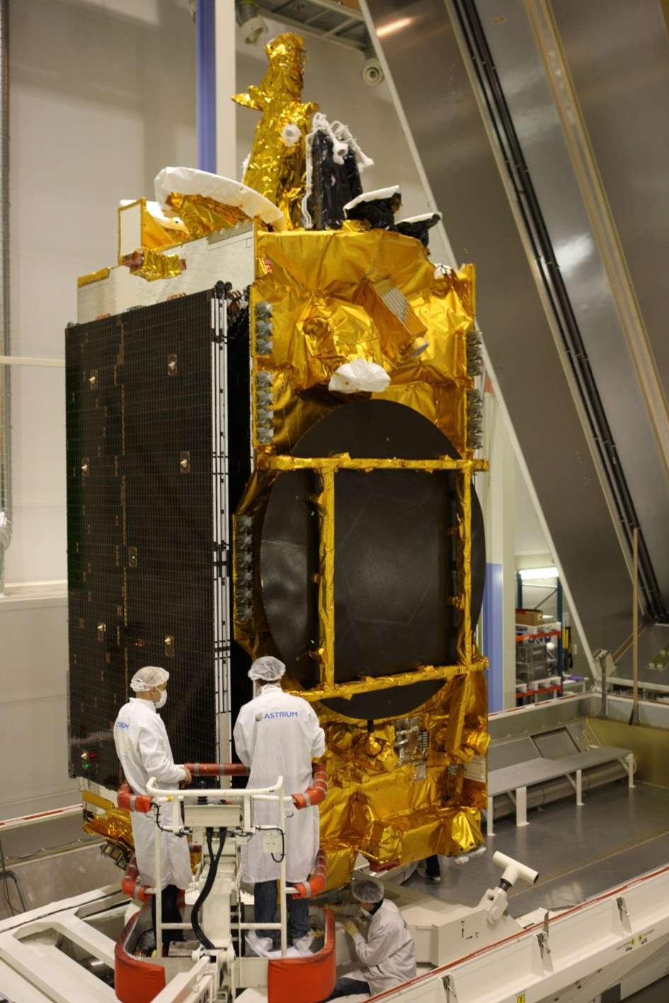 Le satellite Yahsat Y1A sera le premier satellite des Émirats arabes unis lancé par Arianespace. On le voit ici mis en container dans l'usine toulousaine d'Astrium, avant son départ vers Kourou (fevrier 2011). © Astrium/D. Marques