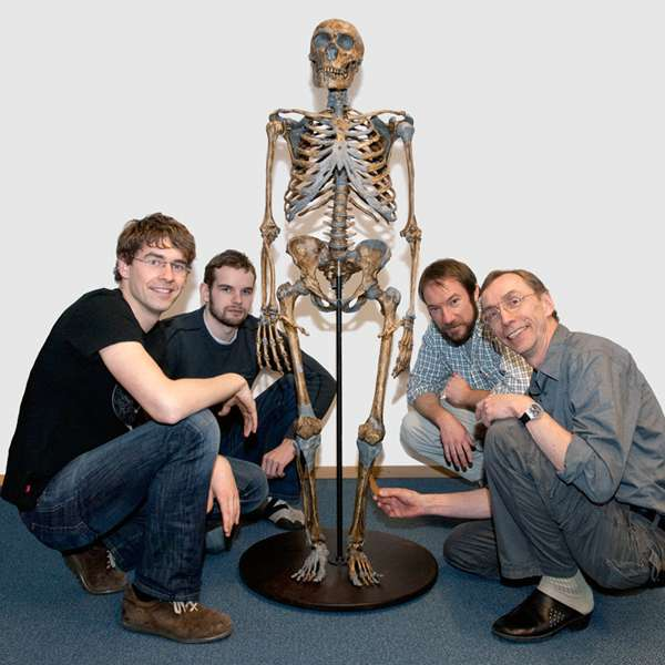 Quatre Homo sapiens, de gauche à droite, Johannes Krause, Adrian Briggs, Richard E. Green et Svante Pääbo, de l'Institut Max Planck, en très bons termes avec un néandertalien. © Max Planck Institute for Evolutionary Anthropology