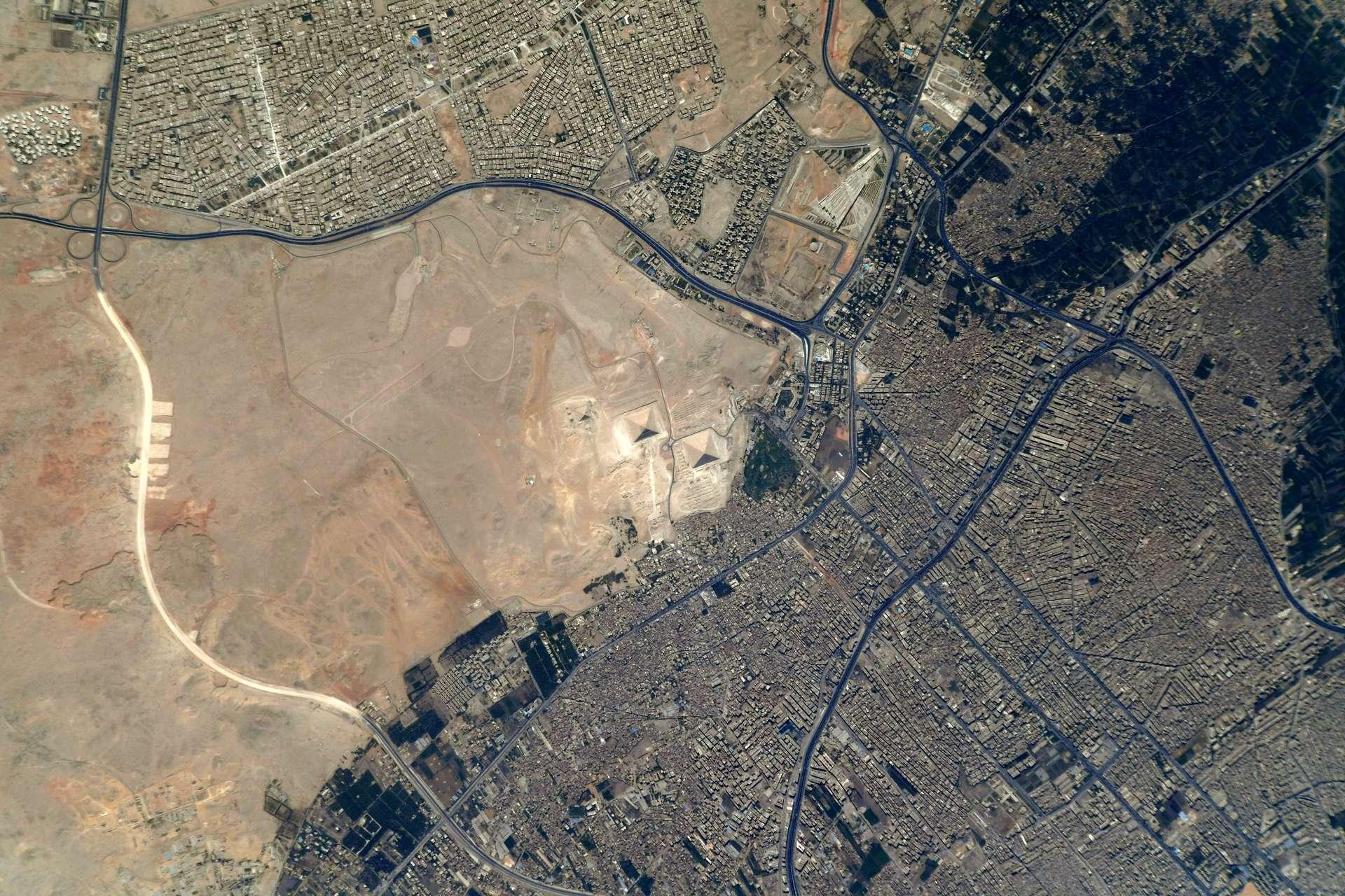 Les pyramides de Gizeh, photographiées par Thomas Pesquet, en mai 2021. © Esa, Nasa, Thomas Pesquet