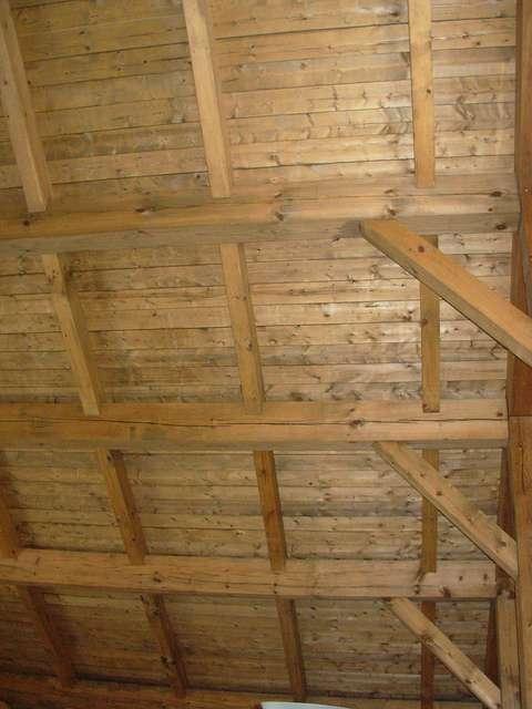 Le carrelet est un élément de fixation en bois, de forme carrée mis en place sur les poutres pour aider au support des combles ou du plafond. © Arbre évolution, CC BY-SA 2.0, Flickr