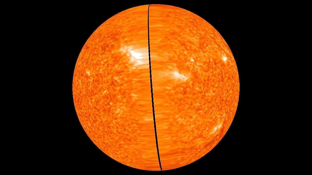 Deux vues des faces opposées du Soleil, photographiées au même moment, le 2 février, par les sondes Stereo. En noir, la partie qui a échappé aux caméras. © Nasa