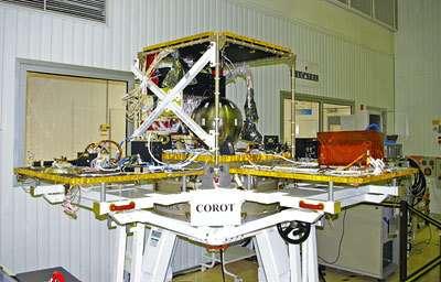 Grande ouverte, la plate-forme Proteus destinée au satellite Corot attend sa charge utile dans une salle blanche d'Alcatel Alenia Space à Cannes, en août 2005. (Crédits : S. Barensky)