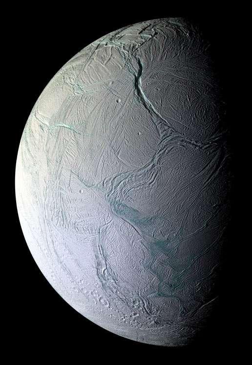 Sur cette image d'Encelade, les grandes failles sont nettement visibles. Nous sommes en octobre 2008, Cassini vient de frôler la lune de Saturne à 25 kilomètres d'altitude et s'en éloigne. Les 28 photographies composant cette image ont été prises à des distances comprises entre 30.000 et 48.000 kilomètres. Le niveau de détail moyen est de 196 mètres par pixel. © NASA/JPL/Space Science Institute