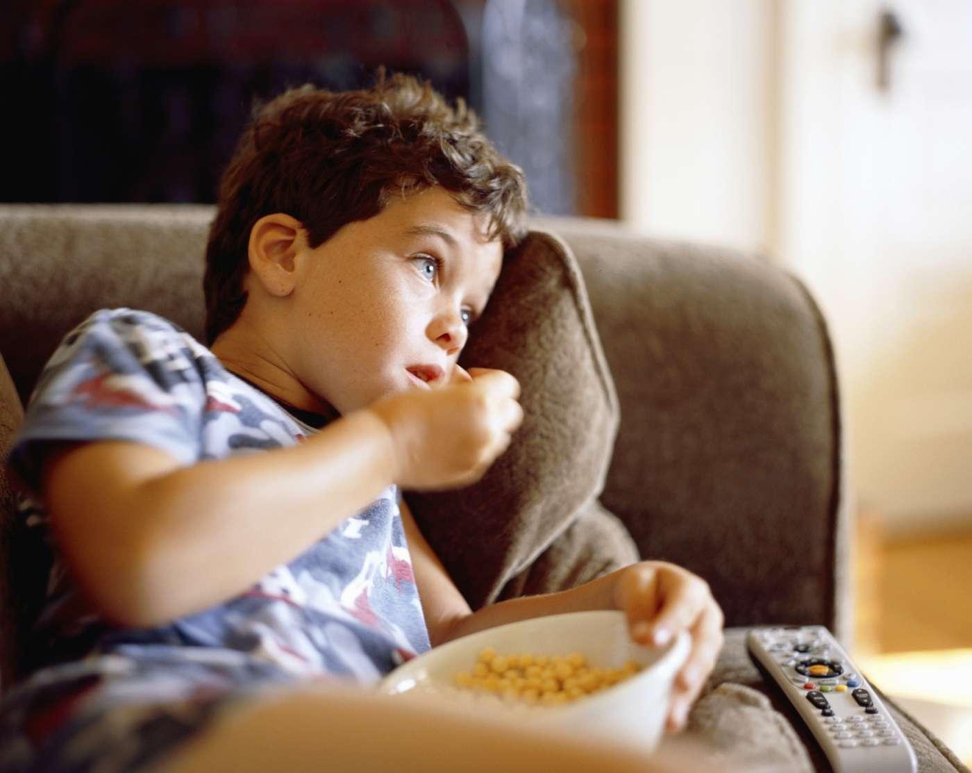 Les publicités auxquels sont confrontés adultes et enfants influencent significativement les comportements alimentaires et, hélas, pas dans le bon sens. © bttoro, Istock.com