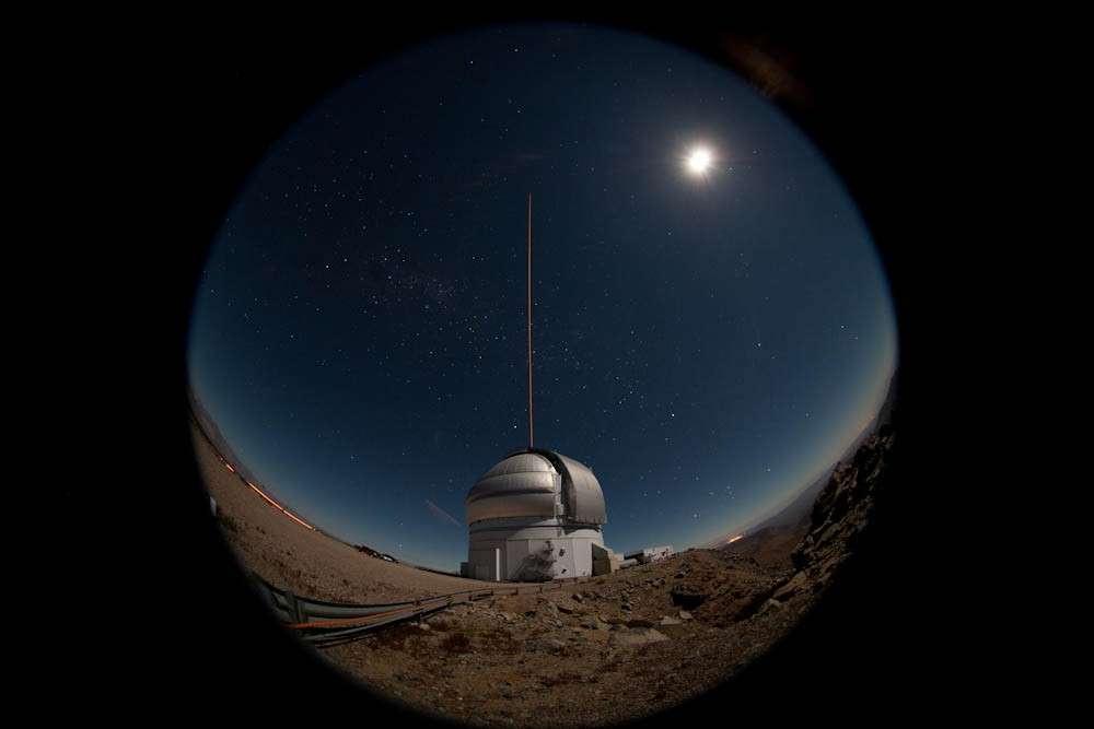 Premiers essais du nouveau laser qui fournit des données sur la turbulence atmosphérique au-dessus du télescope Gemini sud. © Gemini/Manuel Paredes
