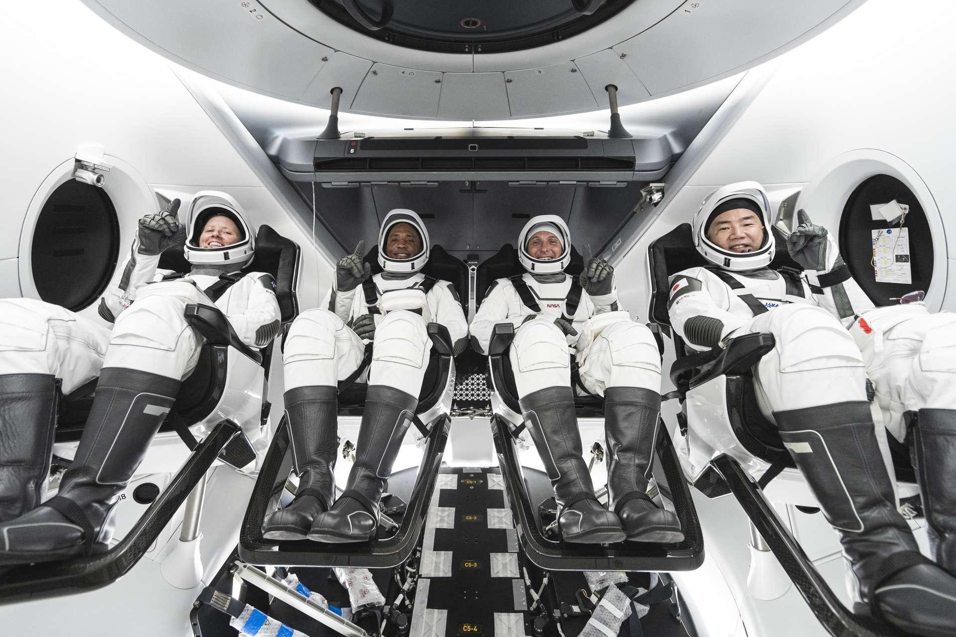 Voici la Crew-1 : trois astronautes américains, Shannon Walker, Victor Glover, Mike Hopkins et un japonais, Soichi Noguchi (Jaxa). © Nasa