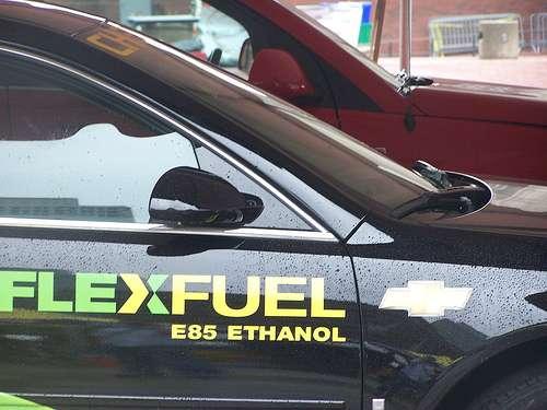 Une voiture flex fuel qui peut utiliser indifféremment de l'essence conventionnelle ou du biocarburant E85 à base d'éthanol. © Post406 CC by 2.0