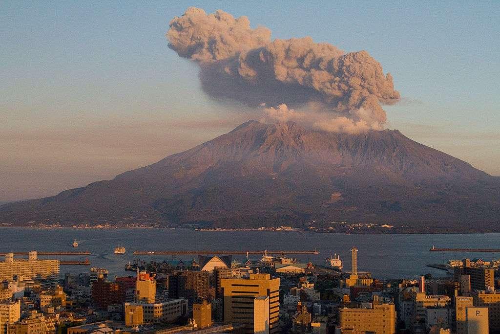 La ville de Kagoshima se trouve en face de l'impressionnant volcan Sakurajima. Elle compte plus de 600.000 habitants et bénéficie, grâce aux cendres du volcan, d'une terre particulièrement fertile. © Kimon Berlin, Flickr, cc by sa 2.0