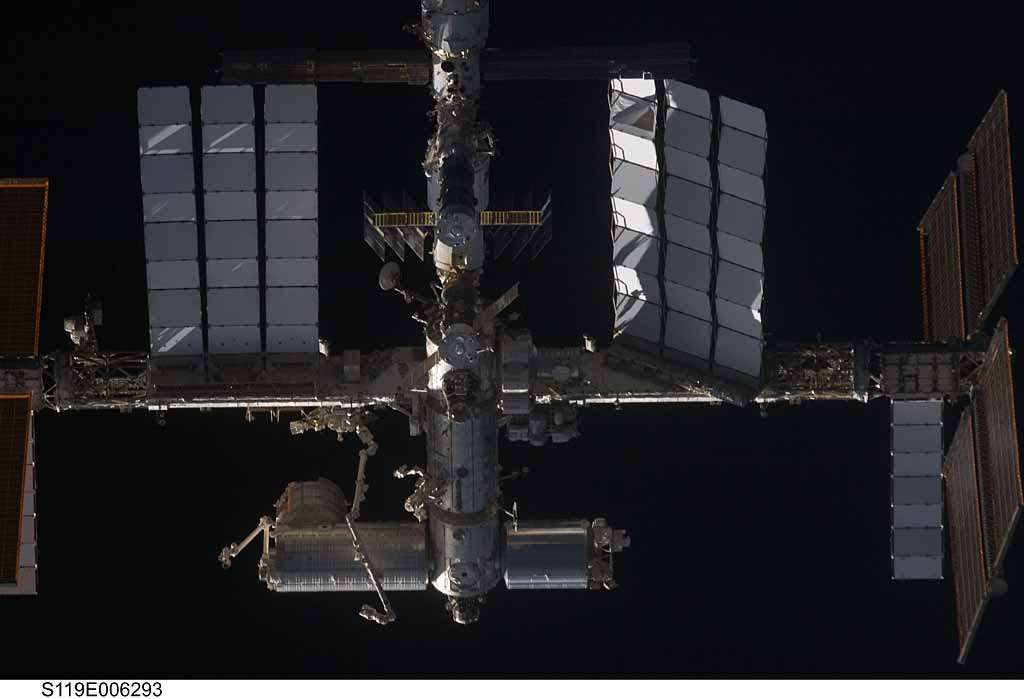 La station, vue depuis Discovery lors de son rendez-vous. Les nouveaux panneaux solaires ne sont pas encore installés. Crédit Nasa