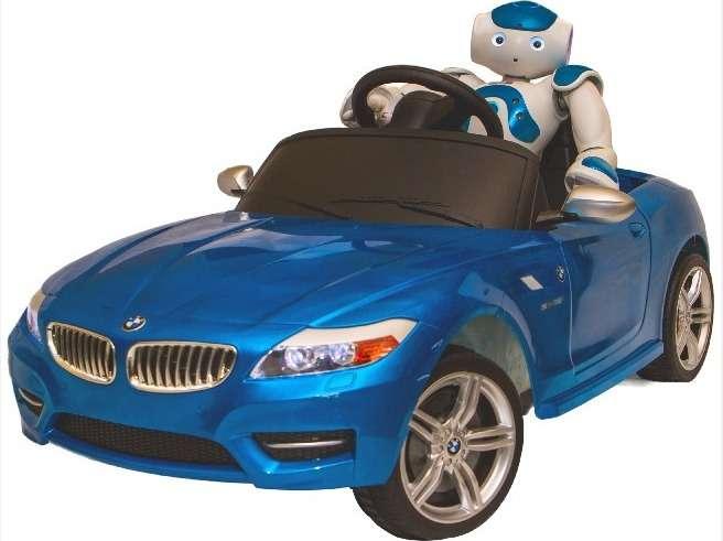 Le robot Nao Evolution (cinquième génération) ici au volant de sa BMW Z4 électrique développée par RobotsLab. Ce modèle réduit est équipé d'un système de détection d'obstacles et d'une plateforme informatique Arduino entièrement programmable. L'idée est de permettre à des chercheurs ou des développeurs de mener leurs propres projets. © RobotsLab