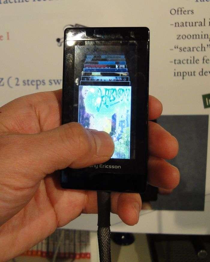Un prototype d'écran de Sony destiné à de futurs téléphones, sensible à la force d'appui du doigt et capable d'entrer en vibration. © Nikkei Electronics