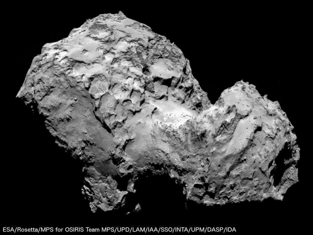 Parvenue à environ 100 km, Rosetta a pris cette image le 6 août 2014 de la comète 67P/Churyumov-Gerasimenko. Elle montre un corps tourmenté, criblé de cratères parfois en nid d'abeille. La surface, très irrégulière, est façonnée par les expulsions gazeuses produites par l'échauffement dû au Soleil. Depuis ce matin, nombre de spécialistes sont en train de décrypter ce paysage. La sonde devra rester tout près de ce corps durant des mois et s'en approcher suffisamment pour larguer Philae, un atterrisseur de 100 kg. © Esa/Rosetta/MPS for Osiris Team/UPD/LAM/IAA/SSO/INTA/UPM/DASP/IDA