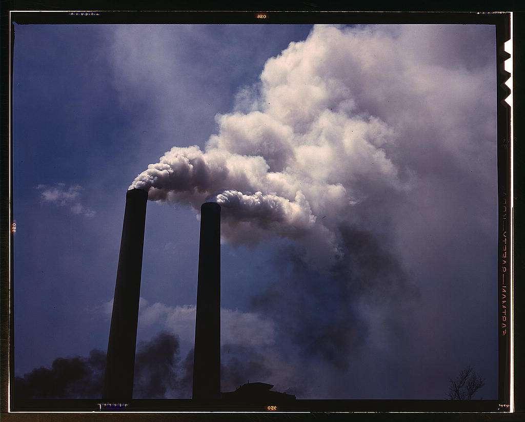 Les aérosols sulfatés ont été émis allègrement par les centrales à charbon jusqu'à la fin des années 1970, aux États-Unis et en Europe. Leur pouvoir réfléchissant refroidit l'atmosphère et modifie la circulation atmosphérique méridienne. © U.S. Library of Congress