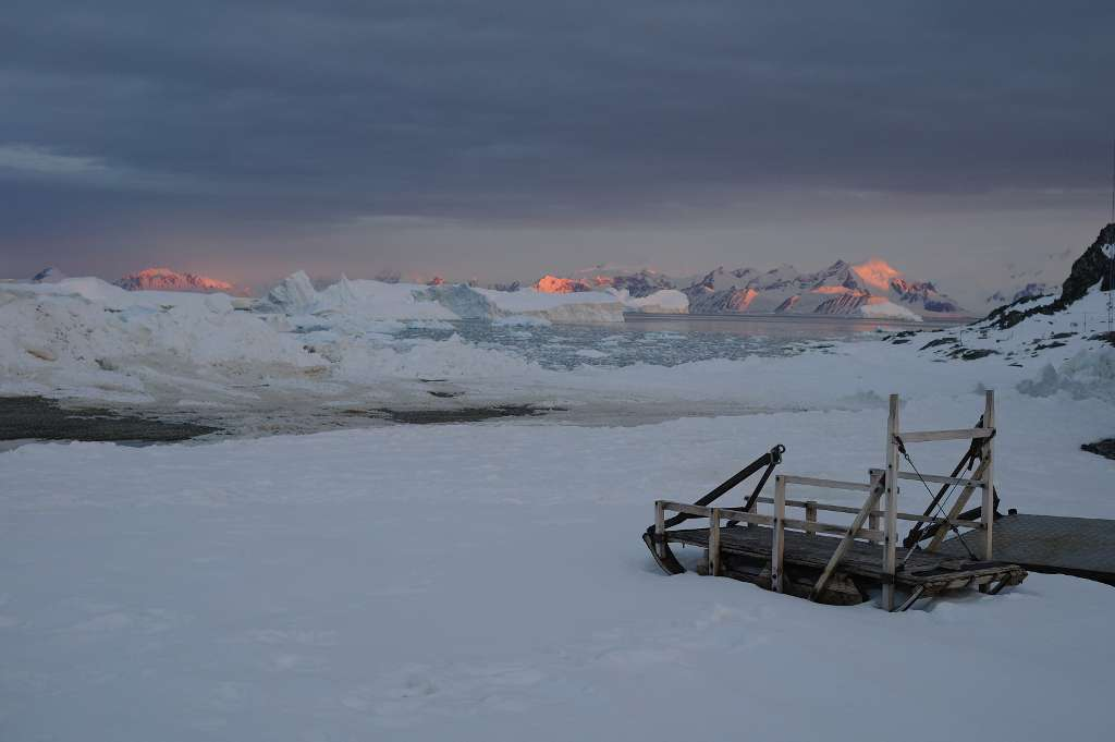 Le soleil tardif d'été éclaire les montagnes et icebergs autour de l'île Adelaïde de l'Antarctique. Pour la première fois, les méthodes d'évaluation de la fonte des calottes polaires ont été comparées. © Hamish Pritchard, British Antarctic Survey