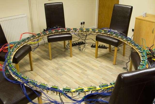 Baptisé Frozen Pi, ce cercle comporte 48 capteurs photo reliés à des PC Raspberry Pi montés en réseau. Lorsqu'une personne se place au centre et effectue des mouvements, le système prend une série de photos en déclenchant tous les capteurs simultanément. Lorsque ces images sont lues dans un certain ordre, l'effet bullet time donne l'impression que la scène est figée tandis que la caméra continue à tourner autour du sujet. © Andrew Robinson, PiFace