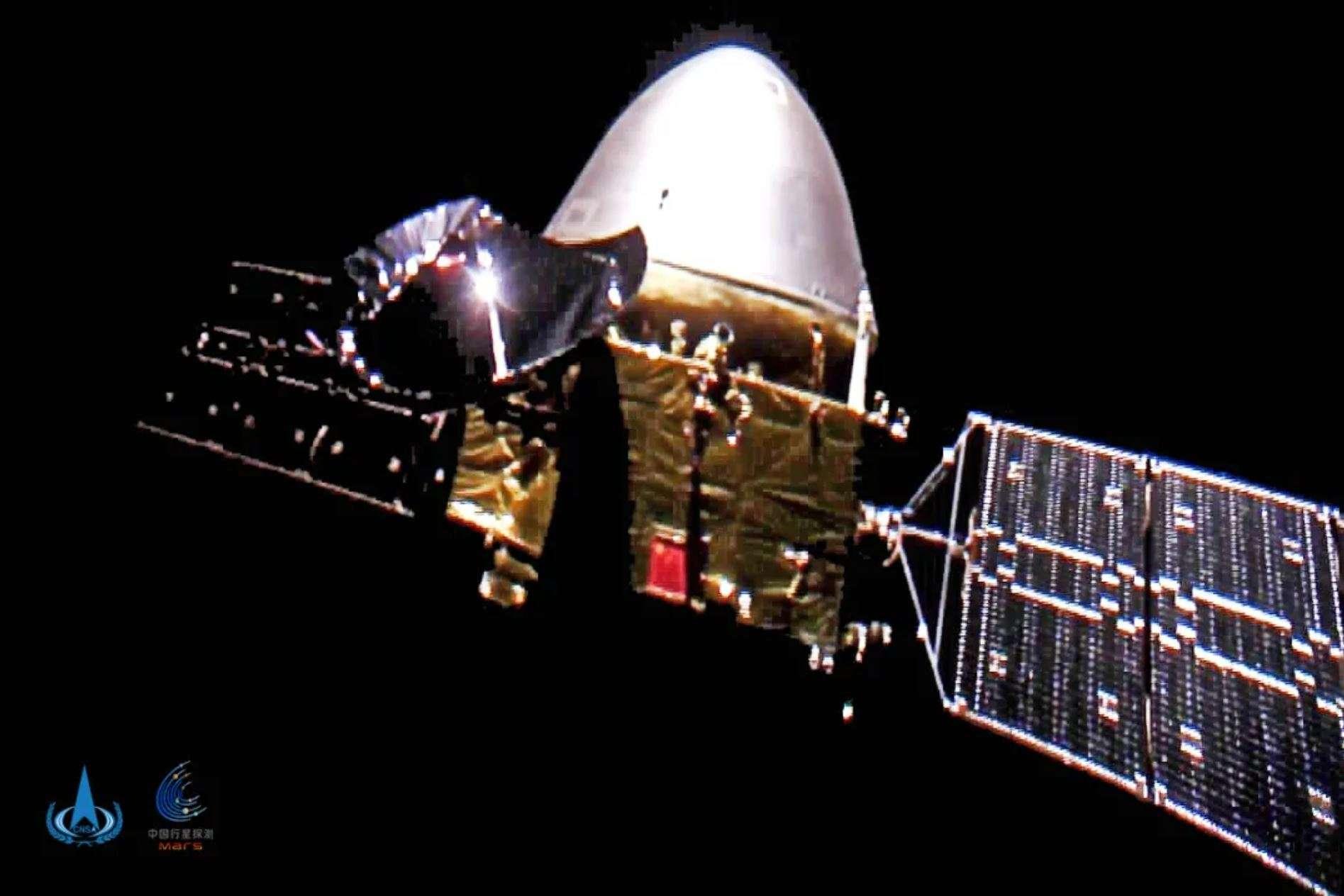 Tianwen-1 sur son trajet vers Mars. Image prise par deux modules largués. © Agence spatiale chinoise