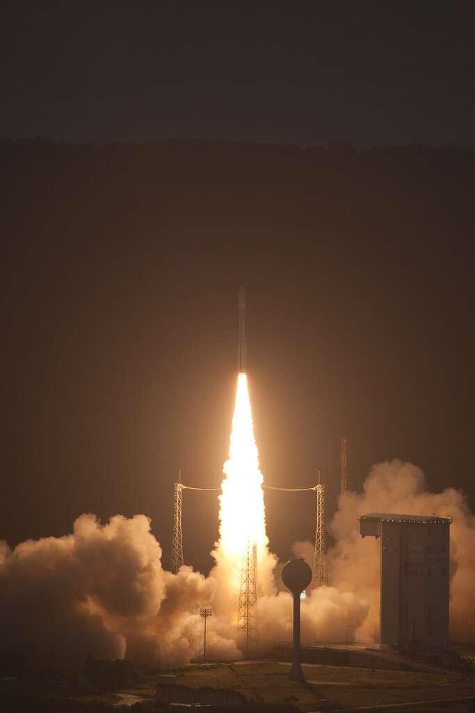 En vidéo : la fusée Vega a réussi sa mission. Le lanceur Vega au décollage le lundi 13 février à 10 h 00 TU, pour la mission VV01. Le premier étage P80FW développe une poussée de 2.100 kN. © Esa