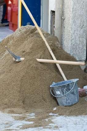 Pour gâcher du mortier, préparez du ciment et une truelle. © Jacques Ribieff