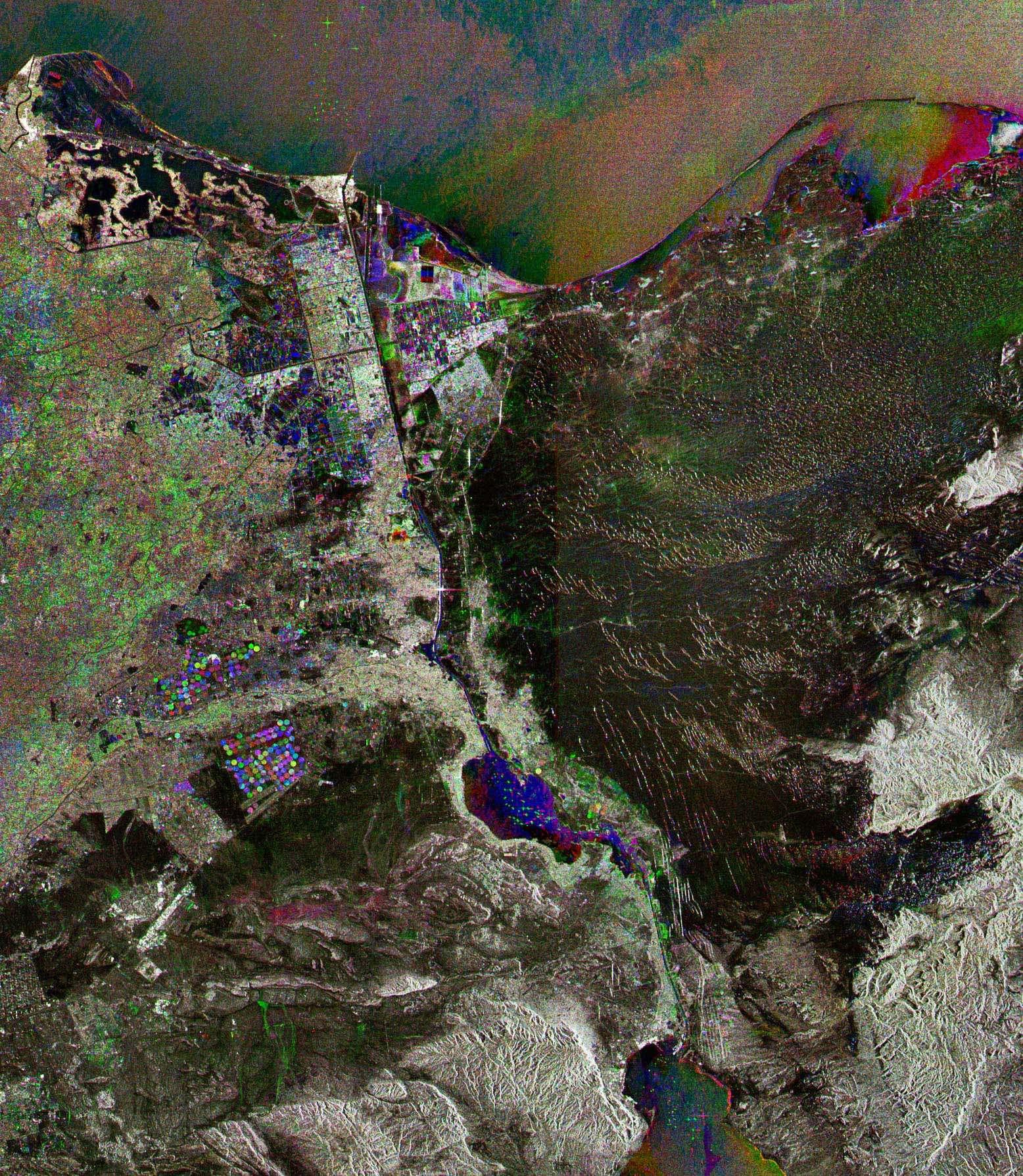 Cette image radar acquise par Envisat montre le Canal de Suez, l'une des voies de navigation les plus importantes du monde, au nord-est de l'Egypte. Le canal connecte la Mer Rouge (dont une petite partie est visible en bas de l'image) avec la Mer Méditerranée (en haut), reliant cette dernière directement à l'Océan Indien.