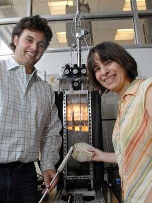 Anette Hosoi et Amos Winter devant l'appareil permettant de filmer les prouesses souterraines du couteau. © Donna Coveney