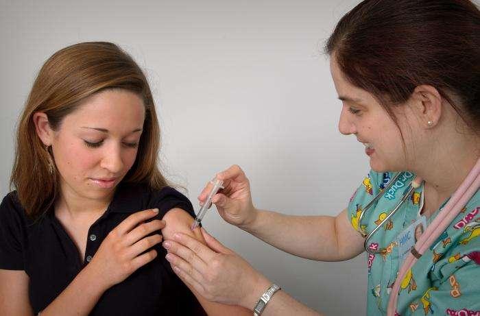 La vaccination contre le papillomavirus humain est conseillée aux jeunes filles avant leur premier rapport sexuel. Il s'agit d'un vaccin qui protège, en même temps, contre le cancer du col de l'utérus. © Judy Smith, CDC, DP
