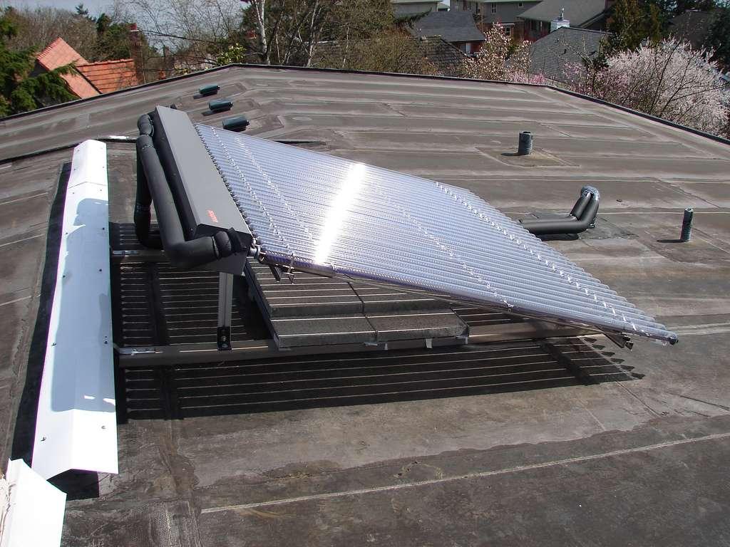 Un chauffe-eau solaire se compose de capteurs vitrés sombres dans lesquels circule un fluide caloporteur. Une fois chauffé grâce à l'énergie thermique solaire, il circule dans des canalisations jusqu'à rejoindre un réservoir d'eau qu'il réchauffe. © Seattle.roamer, Flickr, cc by nc nd 2.0