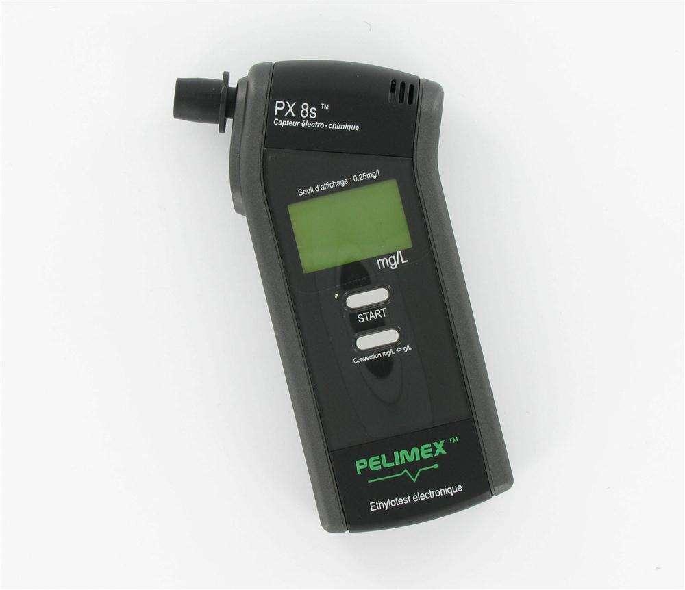 Éthylomètre électronique (de marque Pelimex), indiquant la quantité d'alcool éthylique dans le gaz analysé. © Pelimex