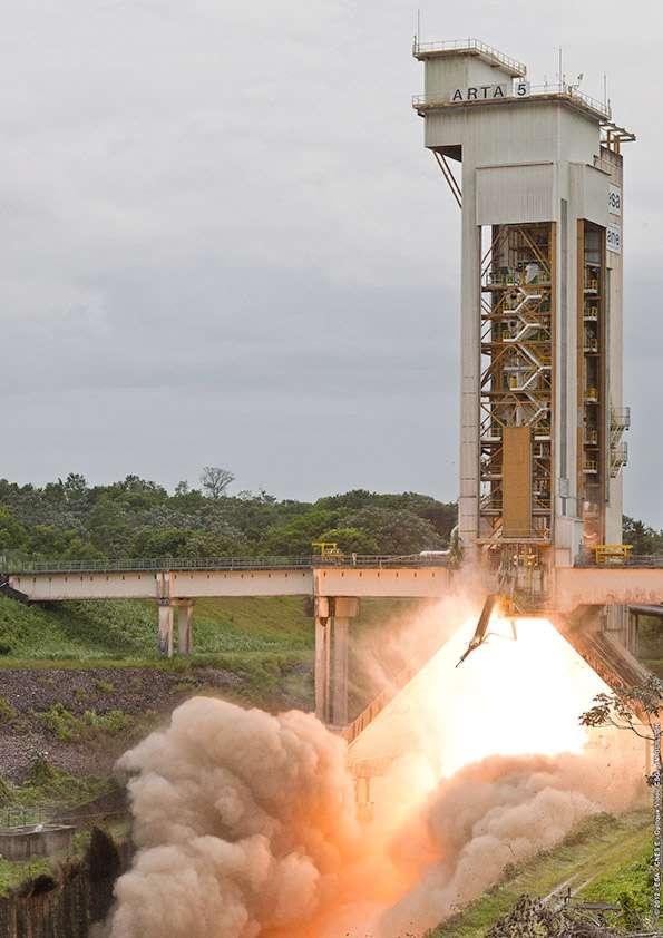 L'Esa a testé un propulseur d'appoint d'Ariane 5 ECA avec de nouvelles modifications. Si les résultats sont concluants, ces EAP évolués seront utilisés sur des versions futures d'Ariane 5 ECA avec à la clé une augmentation de la performance du lanceur, en puissance et en charge utile embarquée. © Esa/Cnes/Arianespace & Optique vidéo du CSG