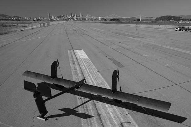 Photographie de l'éolienne volante au sol. Les hélices font monter l'engin en altitude jusqu'à ce qu'il vole de lui-même. Une fois en l'air, le vent et les mouvements circulaires de l'éolienne font tourner les hélices. Ce mouvement est alors utilisé pour produire de l'électricité. © Makani Power